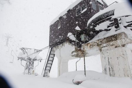 Kahden tuolihissin Seki Onsen -pikkukeskus joutui pitämään ylemmän osan tuolihissinsä suljettuna. Hissiltä lähtevän rinteen paksu lumipatja oli revennyt niin ilkeästi, ettei tuoli pyörinyt koko loppukaudella.