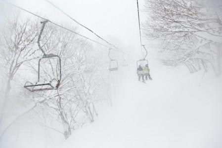 Tämän takia Suomestakin lennetään Japaniin saakka: Lunta tippuu niin että puuterilaskijaa naurattaa.