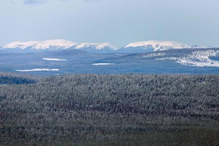 Pyhälle on Sallasta 73 kilometrin matka linnuntietä pitkin. Hyvällä säällä Pyhän rinteet erottuvat silti maisemasta selkeästi.