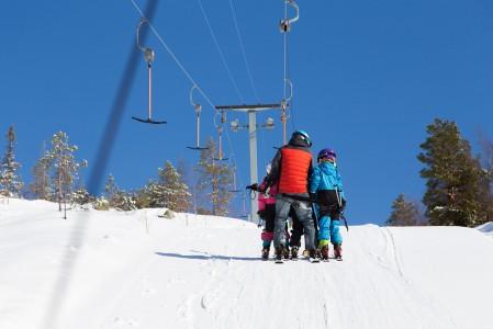 4 päällä -nousunäyte ankkurihississä: isä ja 3 lasta matkavat tunturiin näppärästi yhdellä ankkurilla.