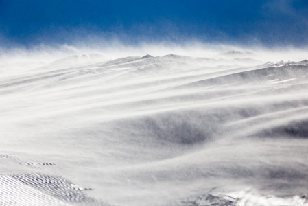 Tuuli siirtelee lunta Lapin tuntureiden avoimissa yläosissa.