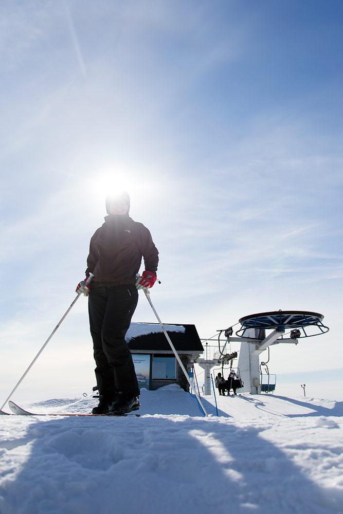 Keväinen aurinko valaisee kohtuullisen korkealta myös Suomen pohjoisimmassa hiihtokeskuksessa.