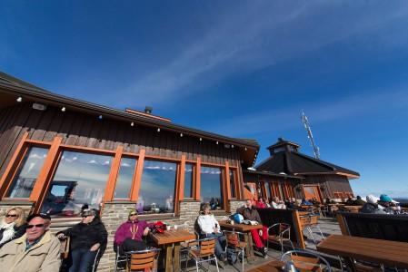 Ravintola Kaunispään Huippu tarjoaa eväiden lisäksi terassillaan tunturimaisemaa, ja etenkin keväisin myös aurinkoa.