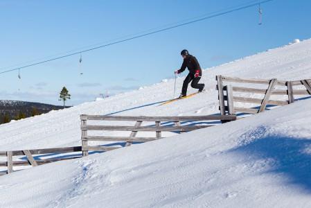 Pohjoisessa lumiaidat kehystävät laskijoiden menoa. Saariselän Kuukkeli-rinteestäkin puolet sijaitsee puurajan yläpuolella, joten lumiaitoja tarvitaan.