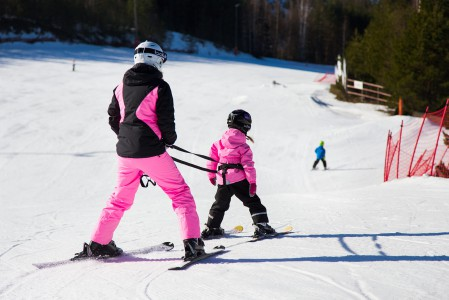 Myllymäen pitkä ja loiva perherinne sopii harjoitteluun. Viettävämpiäkin vaihtoehtoja löytyy.