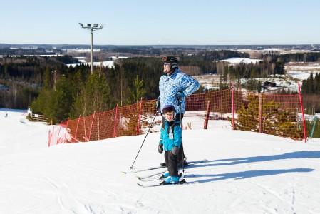 Lapsi ja isoisä Myllymäen huipulla, Joutsenon maisemissa.