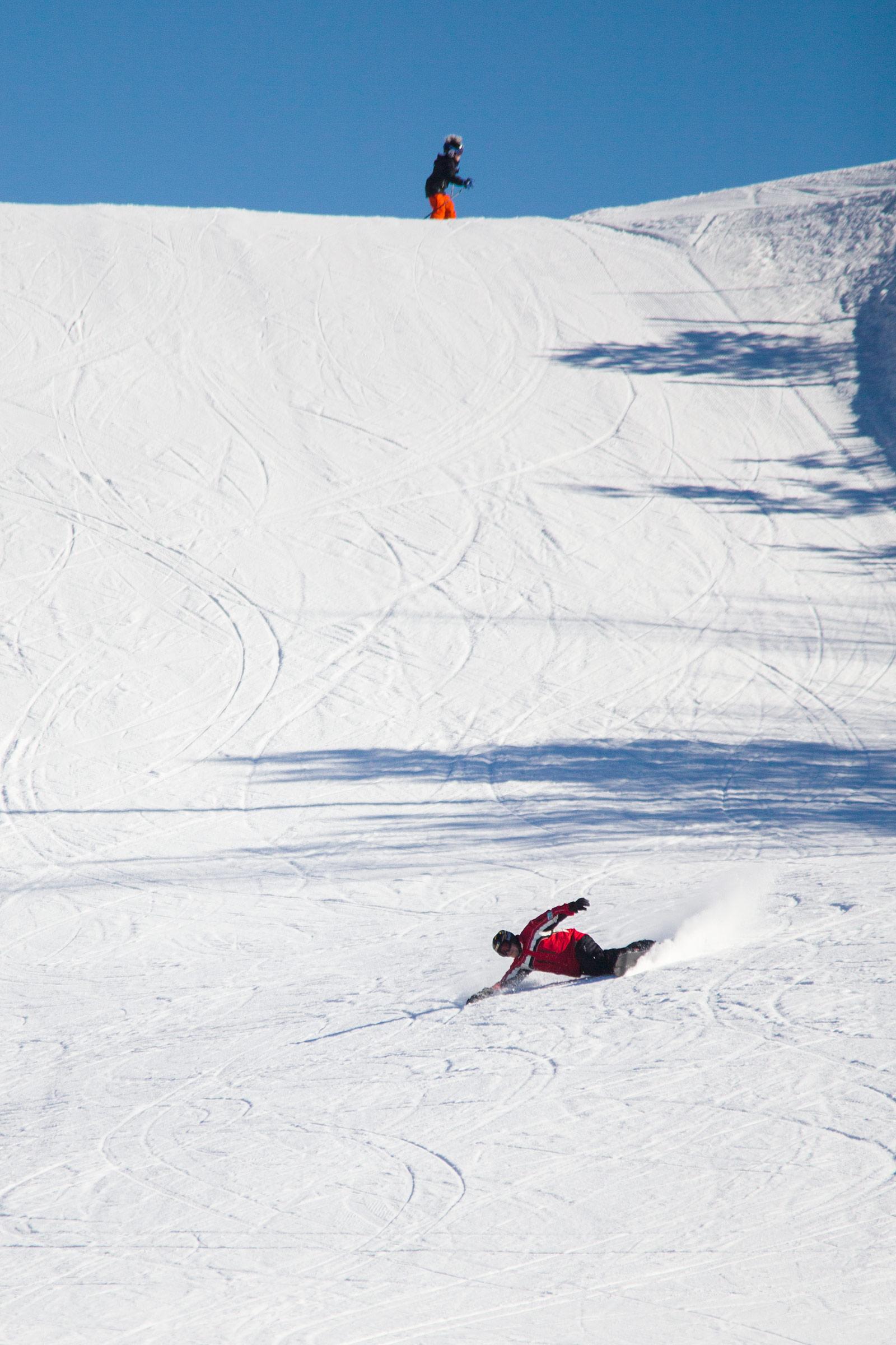 Osaavammat ratalaudalla laskevat saavat kantattua näyttävästi kylki lumen pintaa viistäen.