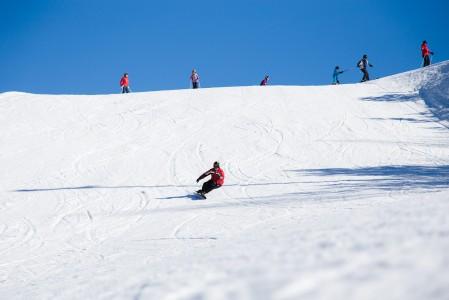 Näyttävää Alpine-lautailua Myllymäen leveässä rinteessä keväällä 2015.