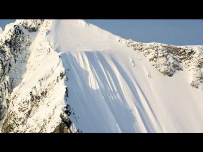 Ian McIntosh kaatuu hiihtoelokuvan kuvauksissa sen verran jyrkällä seinämällä, että mies alkaa rullamaan vaarallista kärrynpyörää lähes 500 metrin matkan.