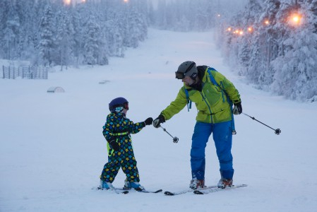 Kesäkauden aikana tahtoo kertyä hieman epävarmuutta talven ensimmäisiä laskuja kohtaan. Pienet tsemppaukset pikkulaskijoille auttavat heitä pääsemään takaisin omalle tasolleen jo kauden ensimmäisen päivän aikana.