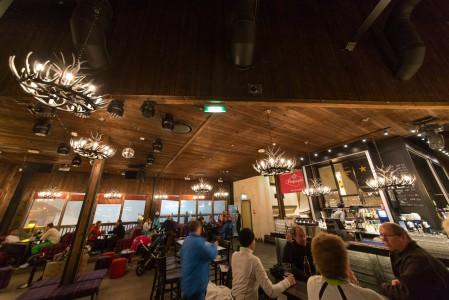 Rukan kahdesta legendaarisesta rinneravintolasta kylän puolella sijaitsee Piste.