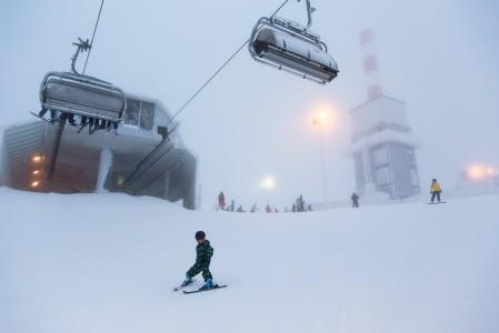 Lumipilvi saapui vähentämään Rukan huipun näkyvyyttä. Alempana näkyi paremmin ja pikkulaskijakin uskalsi lisätä vauhtia.
