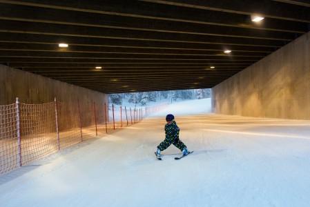 Rukan kylää kohti laskeva rinne oli 5-vuotiaan pojan suosikki, koska rinne alitti toisen rinteen. Tunnelista kuului jihaa.