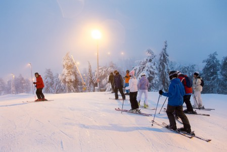 Pohjois-Suomen alkukaudessa saa kokea hienoja kaamoksen sinisen hetken sävyjä jotka yhdistyvät rinnevalojen loisteeseen.
