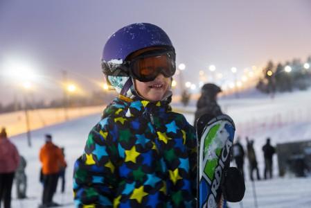 Viisivuotiaan laskijan kanssa on hyvä käydä riittävän usein hörppäämässä taukojuomaa. Tässä suunnataan Rukan Ski Bistroon.