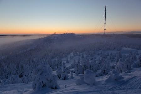 Rukan Masto-alue värjäytyi joulun aikaan kaamoksen aurinnousuin sävyillä.