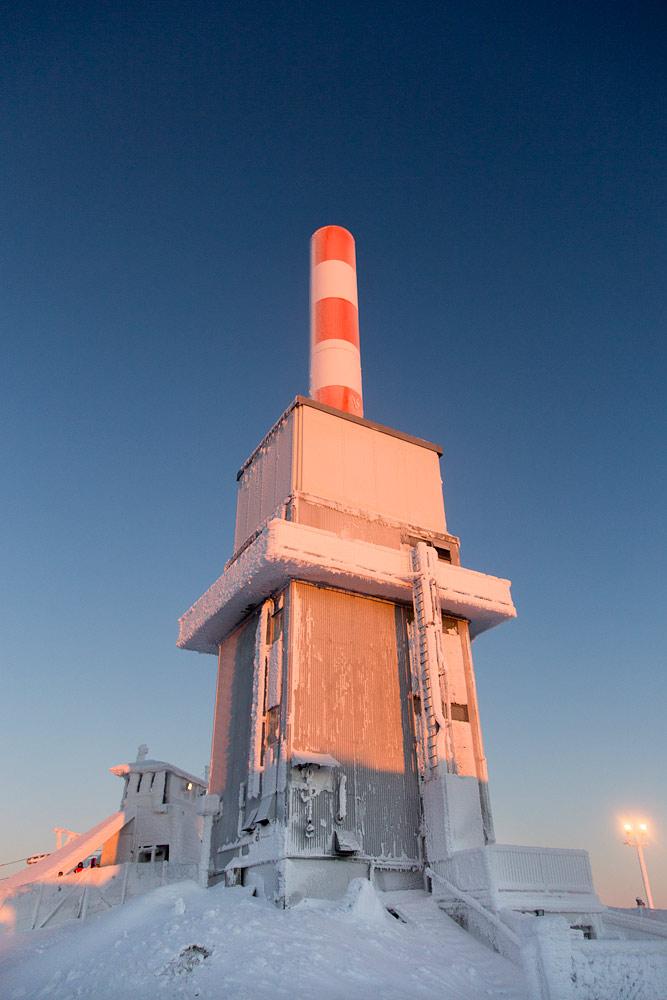 Rukan huipulla olevan rakennuksen tarkoitus on herättänyt laskijoissa ihmetystä. Yleisradion vanha televisioasema on sittemmin siirtynyt ilmavoimien käyttöön.