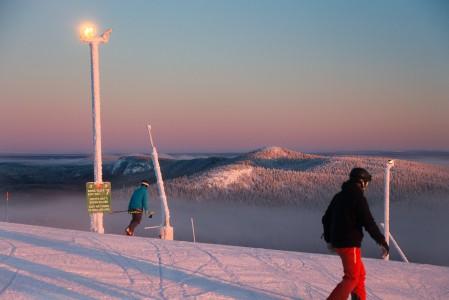 Kirkkaana kaamospäivänä Rukan huipun maisemat lähes pakottavat ihastelemaan ympärilleen hetken ennen laskuun lähtöä.
