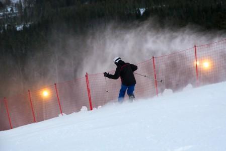 Lumitykkien pauhatessa taustalla voi etualan Olympiakatti-rinteessä tykittää menemään valmiilla pinnalla.