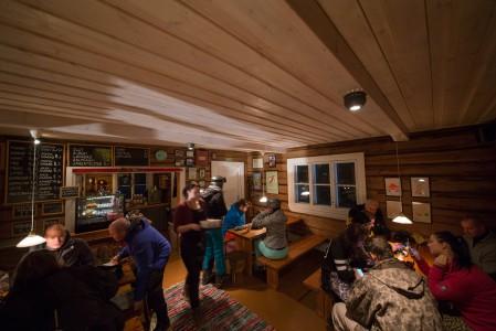 Vuokatin RIpa's Kuppilassa tarjoilu pelaa ja kaakao maistuu. Alppimaisen klassinen hiihtomajatunnelma houkuttaa ottamaan kaakaoon terästystä.