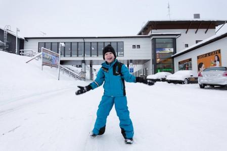 Ukkohallan hiihtokeskus tarjoaa nykyään komeat ja toimivat lomailupuitteet perheille kaikkina vuodenaikoina.
