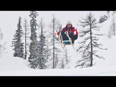 Vihdoin Eddie Edwards pääsee rikkomaan maailmanennätystä lumen yllä liitelemisessä. Välineenä ei enää tosin ole mäkihyppysukset vaan kelkka.