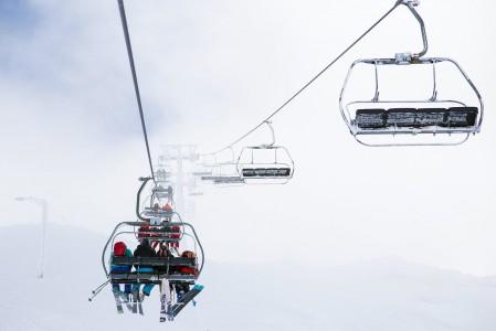 Sainte Foyn kompaktissa hiihtokeskuksessa on kaksi yläasemaa, joista kuvan hissi vie korkeammalla, Col de l'Aiguilleen 2620 metriin. Alas vie vain yksi kunnostettu rinne ja useita hyviä vapaalaskureittejä.