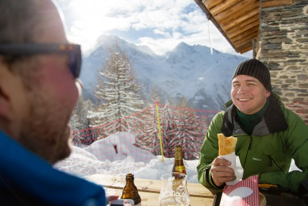 Sainte Foyn hiihtokeskuksessa on yhtä monta rinneravintolaa kuin hissiä - neljästä vaihtoehdosta löytyy toimivat vaihtoehdot välipalasta kulinaristisempaankin paussiin.