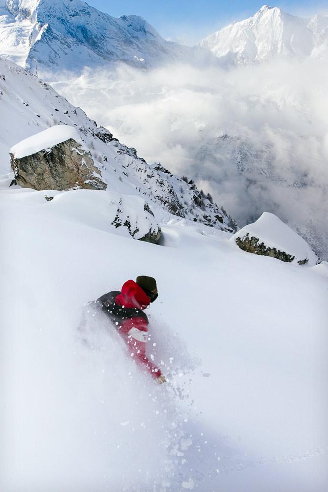 Tuore ja koskematon lumi, massiiviset vuoret taustalla ja osaava laskija - näistä lähtökohdista olisi vaikea tyriä kuvaa täysin.