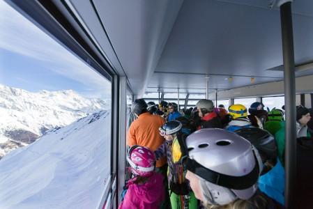 Grimentzin kylästä Zinalin hiihtoalueelle nostavan kabiinin matkamaisemat ovat kerrassaan upeat.