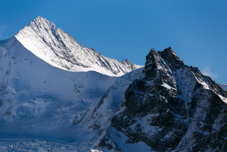 4017 metriin nouseva Zinalrothorn on saanut alhaalla olevasta Zinalin kylästä. Alueella on useita yli 4000 metriin nousevia huippuja ja julma Matterhorn on myös lähistöllä.