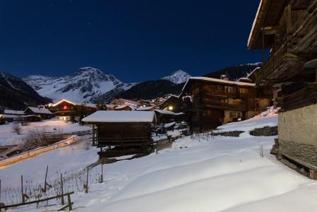 Grimentz on yksi Alppien aidoimpia ja tunnelmallisimpia kyliä. Rakennuskanta on vanhaa ja yhtenäisen alppityylistä.