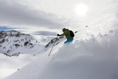 St-Lucin hiihtoalueen Bella Tola -huipulta voi laskea myös takapuolelle hiihtoalueen ulkopuoliseen laaksoon - tai skinnailla takaisin ylös kun parhaat kohdat on laskettu.