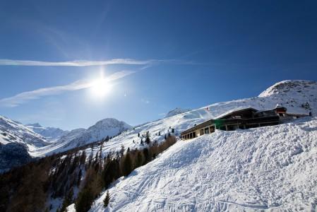 Grimentzin hiihtoalueella on kolme eri tyyppistä rinneravintolaa. Kuvan väliasemalla sijaitseva on suuren kokonsa vuoksi vähiten tunnelmallinen, mutta tarjoaa hyvä sapuskan lisäksi hienoja maisemia.