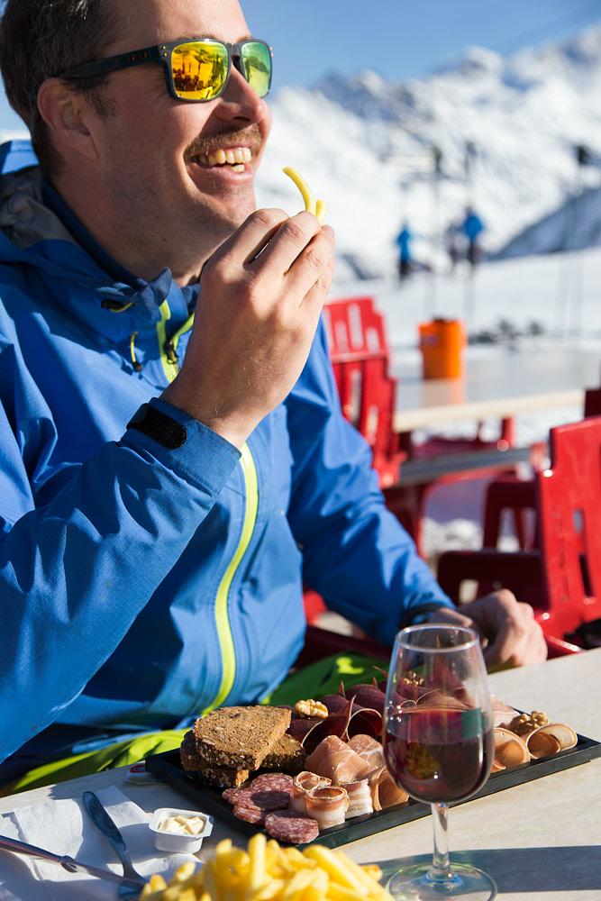 Grimentzin korkeimmalla sijaitseva rinneravintola on Buvette d'Orzival 2585 metrissä. Ruokavaihtoehtoja ei ole paljoa, mutta aurinkoinen terassi on loistava.