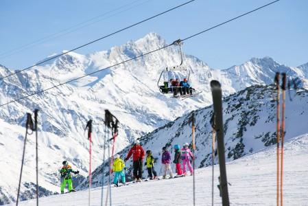 Alpeilla näkee hyvin pieniäkin lapsia viilettämässä pitkinä letkoina open perässä rinnettä alas. Vaikuttaa, että alppiseudulla synnytään sukset jalassa eikä pienetkään laskijat pelkää tiukkojakaan mäkiä.