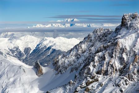 Osasta Kolmen laakson huipuilta avautuu hyvällä näkyvyydellä maisemat aina Mont Blancille saakka. Tämä maisema on tallennettu Mont Du Vallonin yläasemalta.