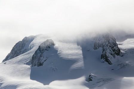 Mont du Vallonin naapurihuippu on työntänyt päänsä pilveen. Maisemaan mahtuu useita yli 3500 metriin kurkottavia vuorenjärkäleitä.