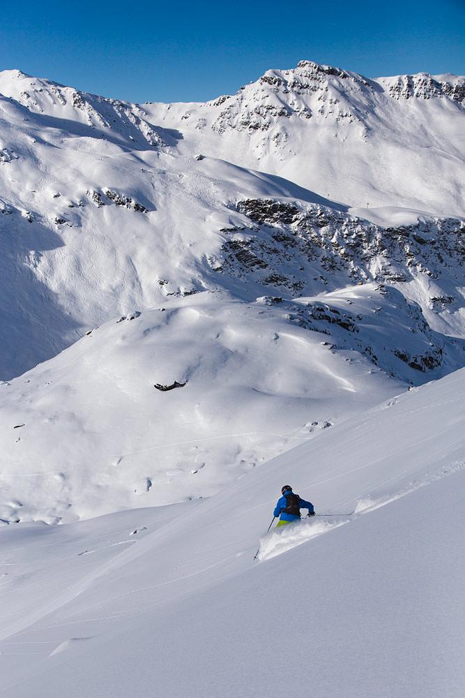Mont du Vallonin melkein koskematonta kylkeä kelpaa viistää. Taustalla Col de La Chambre, jonka takana Val Thorensin kylä.
