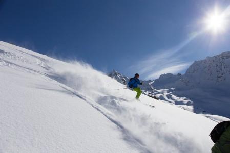 Pehmeässä lumessa on vielä mukavampi laskea kahta tai useampaa vierekkäistä jälkeä yhtä aikaa, kunhan paikka ei ole liian vyöryherkkä.