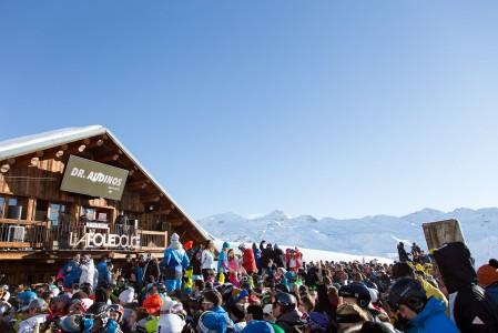 La Folie Douce järjestää Ranskan Alpeilla tyylikkään näyttäviä ja suosittuja ulkoilmabiletahtumia.