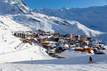 Val Thorensin kylä sijaitsee korkealla laakson perällä. Ympärille nousee hissejä joka suuntaan. Tätä keskemmällä hiihtoaluetta voi tuskin majoittua.