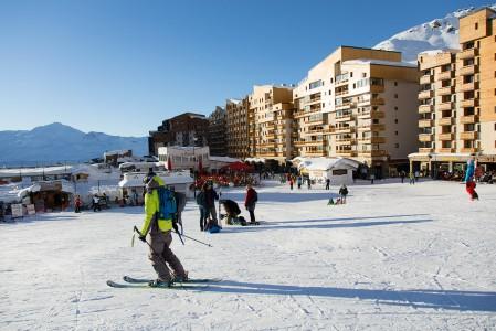 Monet ranskalaisista hiihtokylistä muistuttavat enemmän hiihtotehtaita kuin tunnelmallisia alppikyliä. Puolensa tehtaissakin, palvelut löytyvät läheltä ja parhaimmillaan rinne alkaa ovelta.