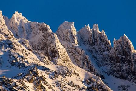 Val Thorens on Euroopan korkeimmalla sijaitseva kylä. Silti päätä saa kylässäkin taittaa melkoisesti yläviistoon katsoakseen takaa nousevan Aiquille de Peclet -vuoren teräväpiirteistä kylkeä.