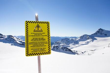 Kyltti Val Thorensin Glacier de Chavieren vieressä muistuttaa rinnealueen ulkopuolisista riskeistä. Jäätiköllä mukaan tulee suurimpana riskinä railot. Tämä tulee huomioida tietotaidossa, varustautumisessa ja liikkumistavassa.