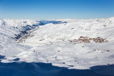 Co de Rosaelin huipulta 3000 metristä näkee hyvin, miten laakso laskeutuu ylemmästä Val Thorensista viitisen sataa metriä alempana sijaitsevaan Les Menuiresin kylään.