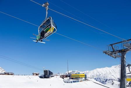 Sveitsiläiset arvostavat laatua, ja se näkyy myös St. Moritzin hissiverkostossa. Siihen sisältyy hienojen juna- ja gondolihissien lisäksi runsaasti nopeita, nahkapenkkisiä tuolihissejä, joissa on kuvut tuulisen sään varalle.