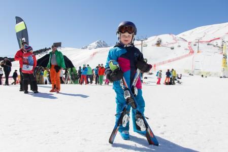Pikkupojalla on ihmettelemistä alppihiihdon maailmancupin finaaleissa. Maalialueella St. Moritzissa.