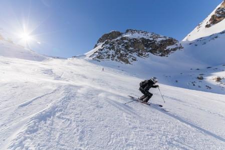 St. Moritzin kylän yläpuolella sijaitsevan laajan Corviglian hiihtoalueen rinteet kylpevät keväällä auringossa. Alempana kylpeminen tapahtuu kylän monissa tyylikkäissä kylpylöissä.