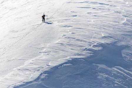 Kuten St. Moritzin Corvatsch -hiihtoalueella, myös usein muuallakin saa maittavampia ja koskemattomampia laskuja, kun yläasemalta jatkaa omin voimin seuraavalle laskukentälle tai -rännille. Suurin osa laskijoista kun ei viitsi nousta lainkaan omin voimin y